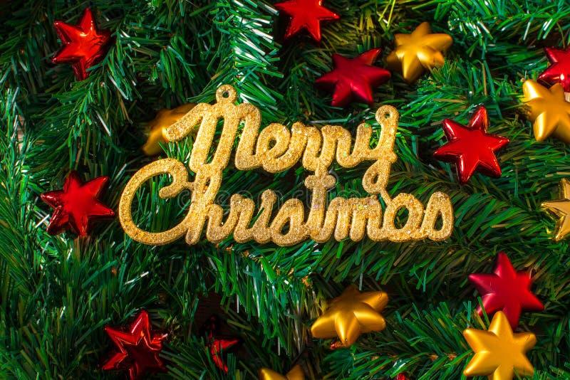 Guld- text för glad jul på en julgranbakgrund med röda och gula stjärnor vektor illustrationer