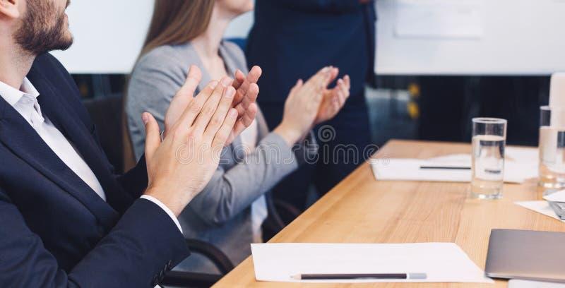 Guld- text på mörk bakgrund Partners som applåderar händer efter seminarium royaltyfri bild