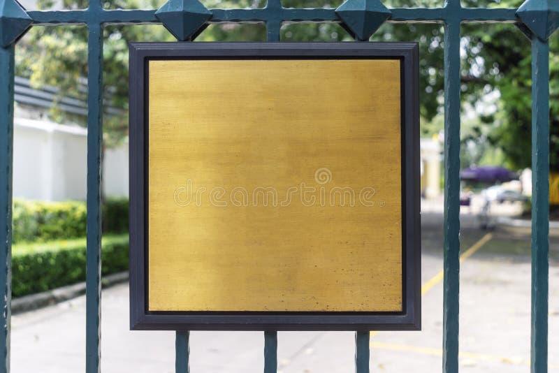 Guld- textur- och träram på utomhus- arkivbilder