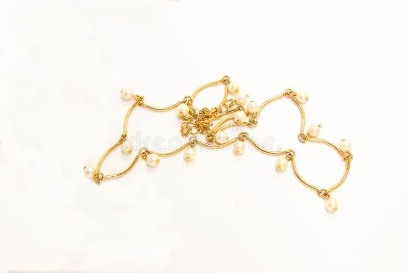 Guld- tillbehör för guld- smyckenpärlhalsband på vit bakgrund fotografering för bildbyråer
