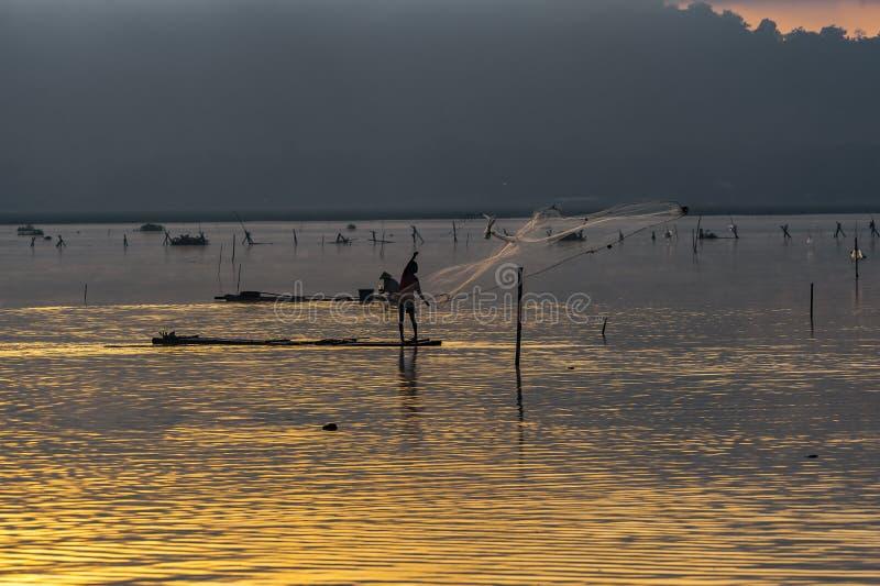 Guld- timmar i vattenfördämning arkivfoto