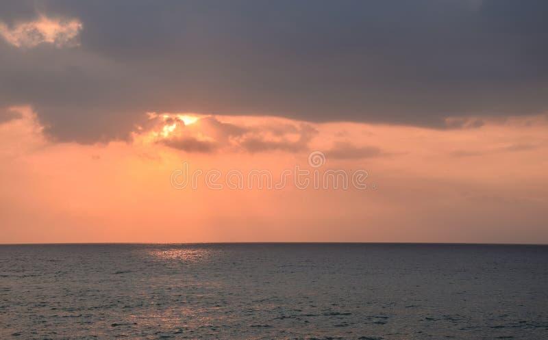 Guld- timme på havet royaltyfri foto