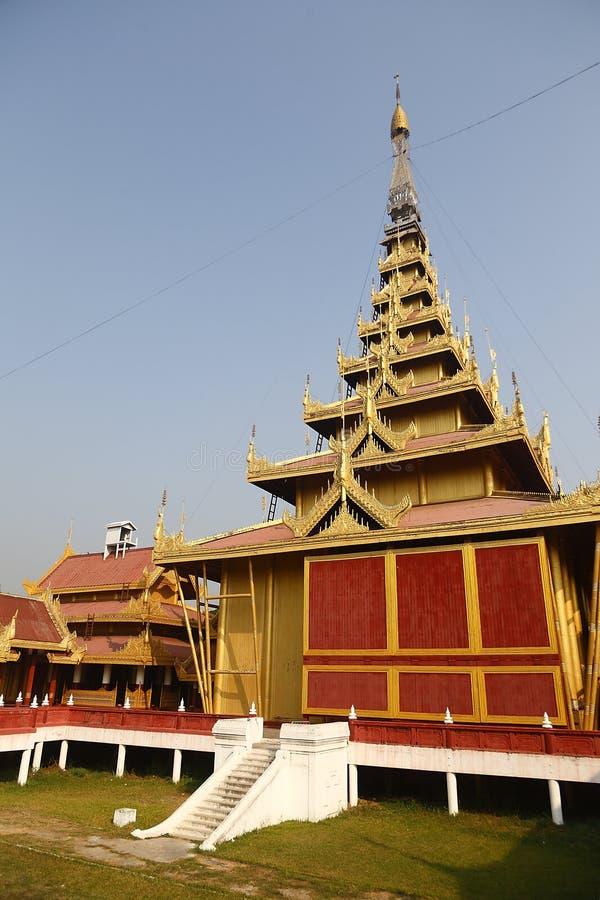 Guld- torn i den Mandalay slotten royaltyfri fotografi