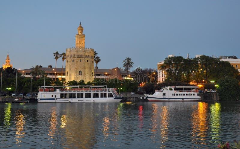 Guld- torn Sevilla på natten royaltyfri foto