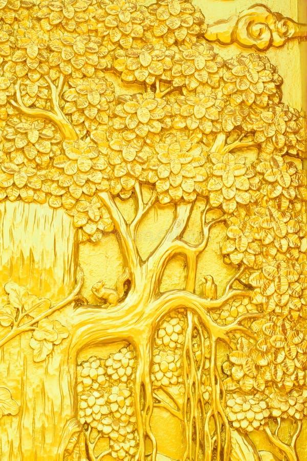 Guld- träd för thailändsk stilkonst som snider på tempeldörr fotografering för bildbyråer