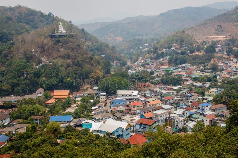 guld- triangel Sikt av en stor Buddhastaty på kullen i den Mae Sai, Thailand och gränsstaden Tachileik i Myanmar royaltyfria foton