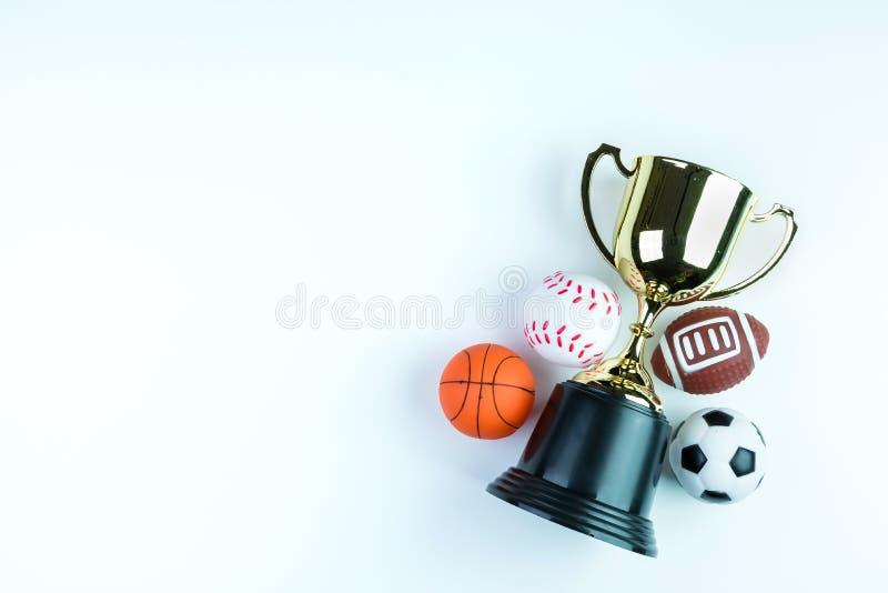 Guld- trofé, fotbollleksak, baseballleksak, basketleksak och Ru royaltyfria foton