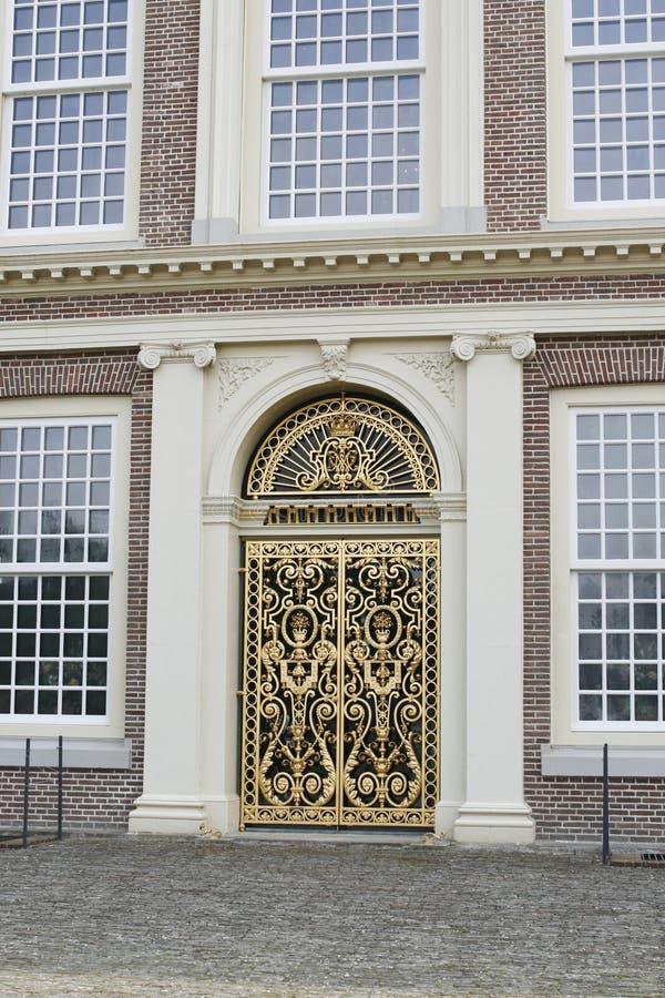 guld- utsmyckat för dörringång arkivfoto