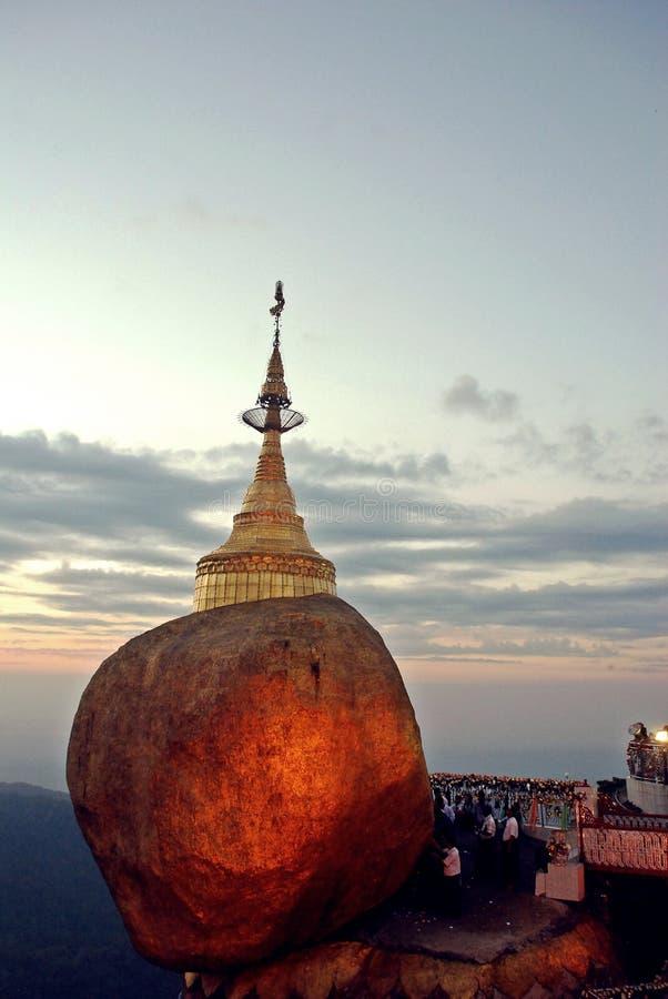 Guld- vagga, den Kyaiktiyo pagoden, Myanmar royaltyfria bilder