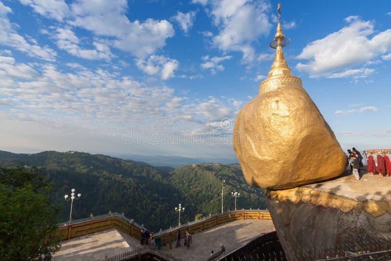 Guld- vagga eller den Kyaiktiyo pagoden, Myanmar arkivbilder