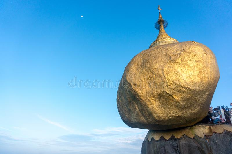 Guld- vagga templet i Myanmar royaltyfri bild