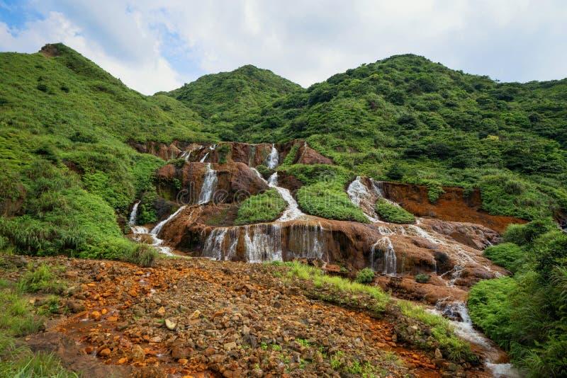 guld- vattenfall Naturlandskap av Jinguashi i Ruifang område det lokaliseras i den nya Taipei staden, Taiwan royaltyfria foton