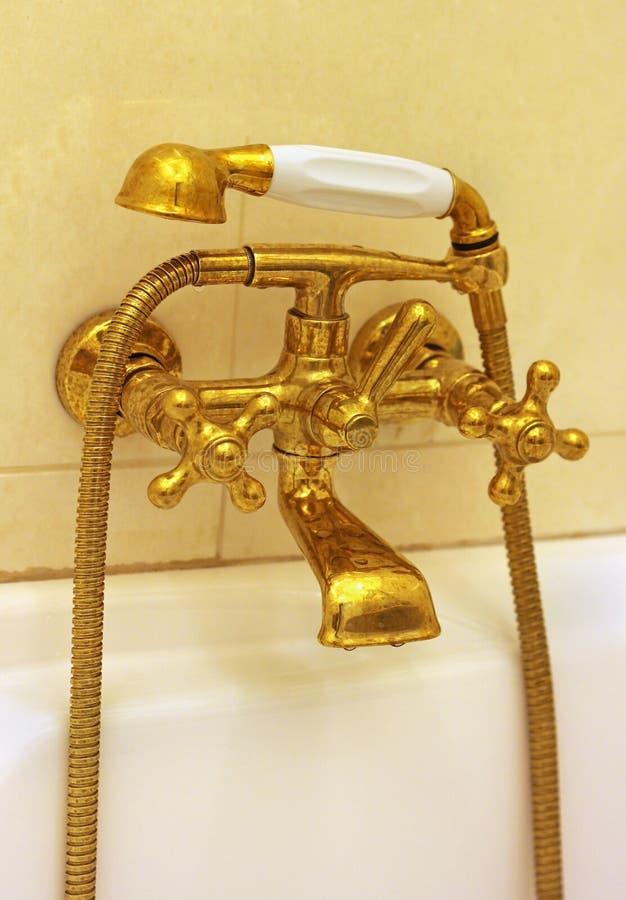 Guld- vattenkran royaltyfri bild