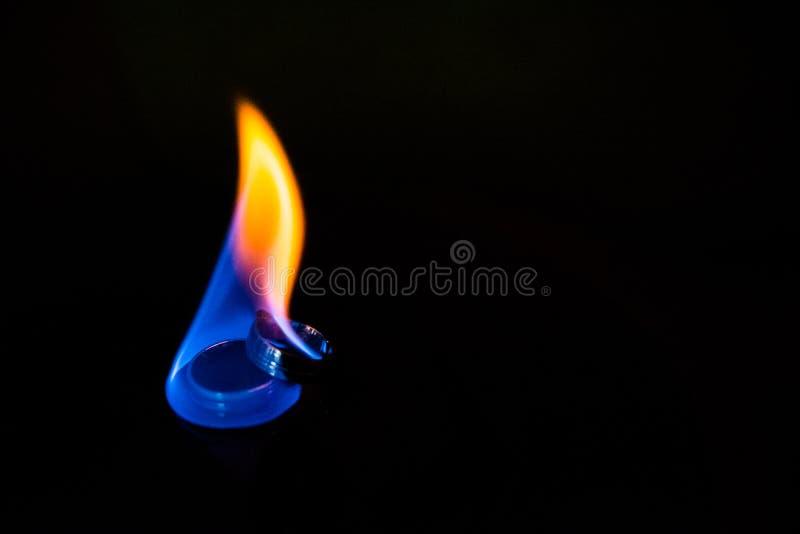 Guld- vigselringar på brandförhållandet, förpliktelse, förälskelse royaltyfria foton