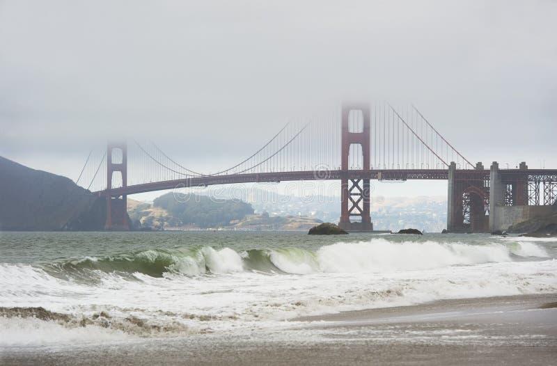 guld- waves för brodimmaport royaltyfria foton
