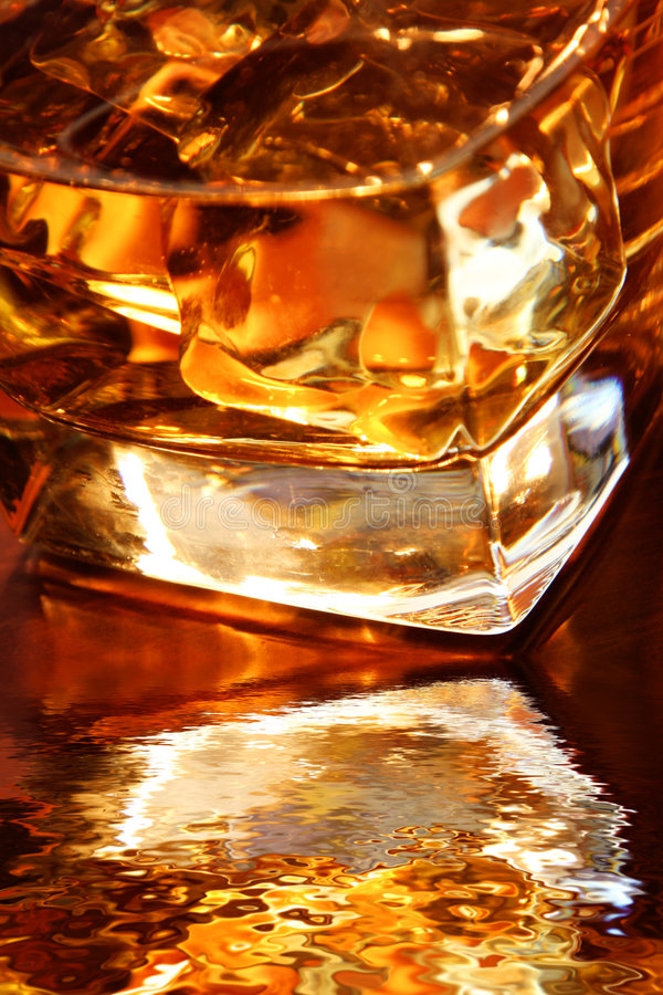 guld- whiskey royaltyfria foton