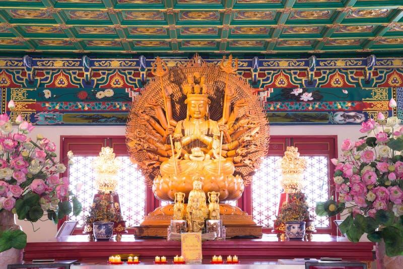 Guld- Wood staty av Guan Yin med 1000 händer arkivbilder