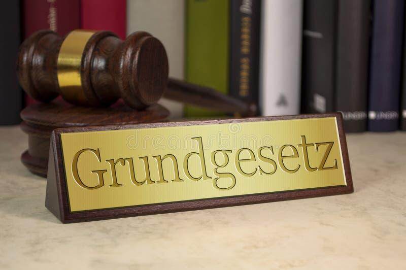 Gulden bord met wetboeken, grind en het duitse woord voor grondwet - grundgesetz royalty-vrije stock fotografie