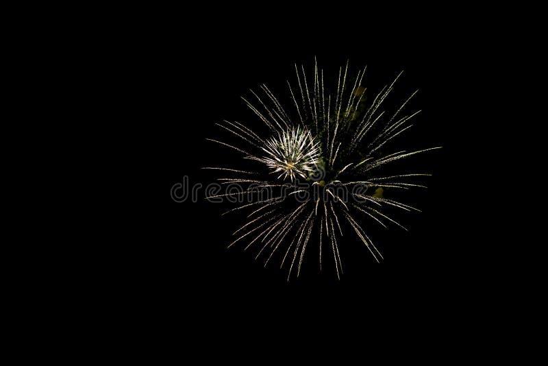 Gulden festive vuurwerk op zwarte achtergrond sluiten Abstract vakantiedracht stock foto