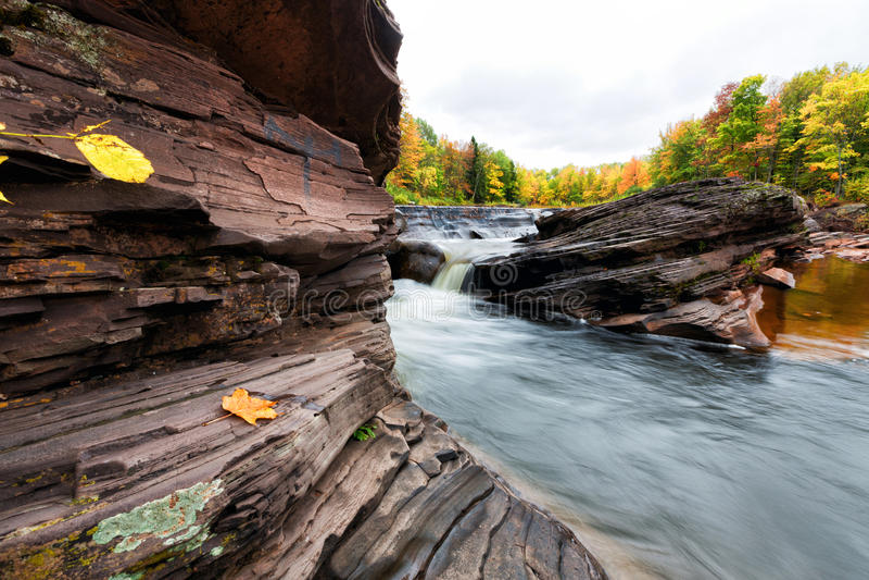 Guldgruvanedgångar i höst - Michigan Upperhalvö arkivfoto