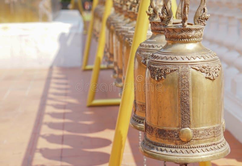Guldklockor i den buddistiska templet, Thailand arkivfoto