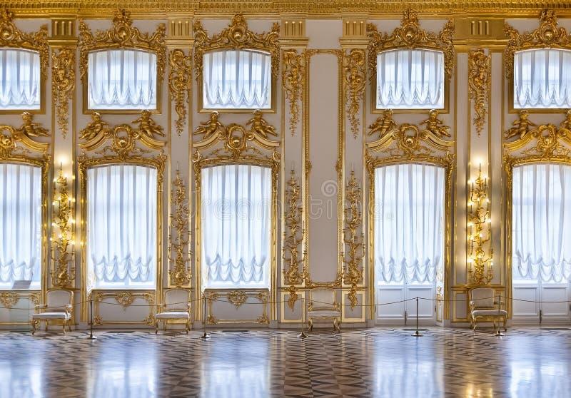guldkorridorfönster arkivfoto