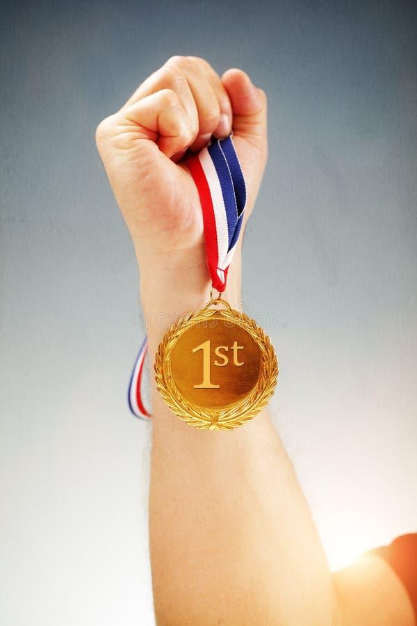 Guldmedaljen förlägger först vinnaren royaltyfria bilder