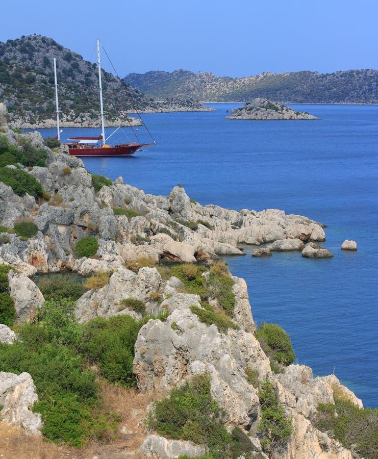 Gulet在土耳其海岛之间停住了 库存图片