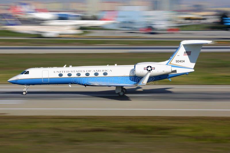 Gulfstream Ruimtevaart c-37A van de Luchtmacht die van de V.S. bij de internationale luchthaven van Ataturk van start gaan stock foto