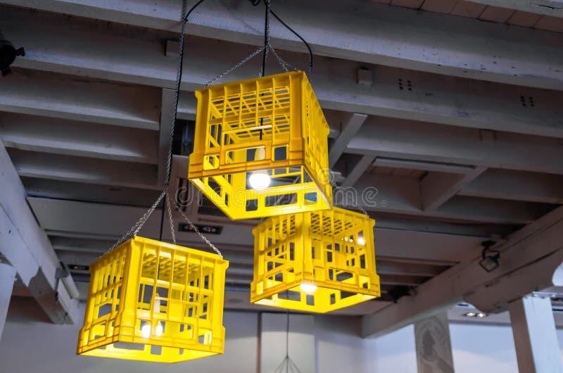 Guling mjölkar spjällådor som används som lampskärmar i ett trendigt kafé fotografering för bildbyråer