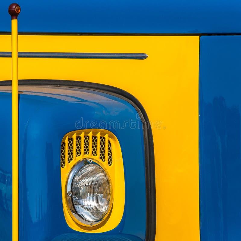 Guling- och blåttlastbil arkivfoto