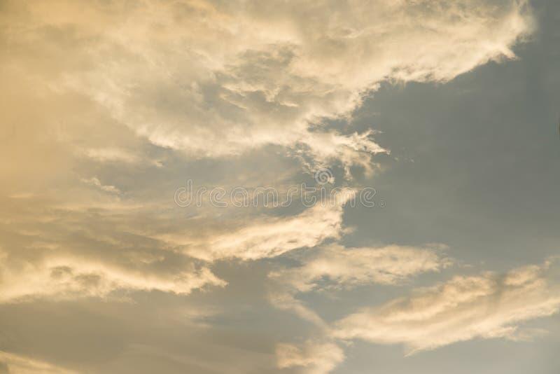 Guling- och blåttmoln i himlen royaltyfri bild