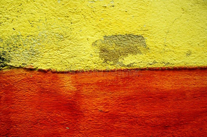 Guling och röd cementvägg royaltyfria foton