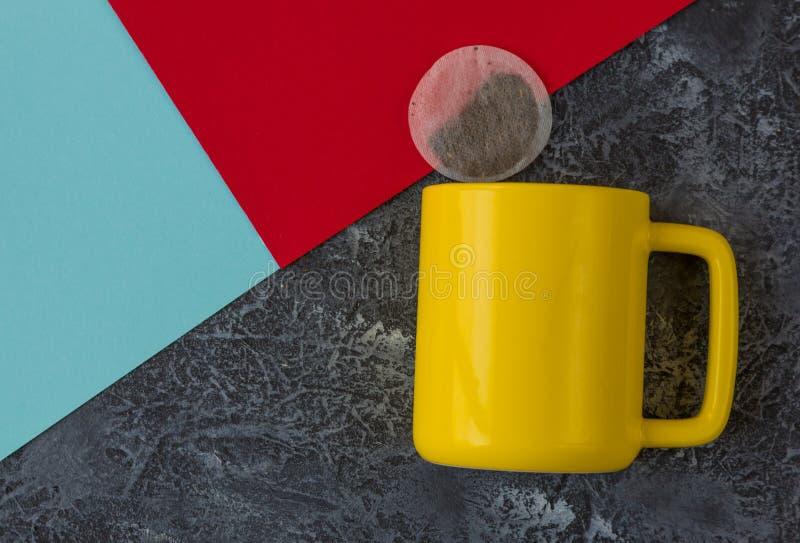 Guling r?nar p? svart stenbakgrund För kakor, röd och blå papper för Teabag, Med kopiera utrymme royaltyfri foto