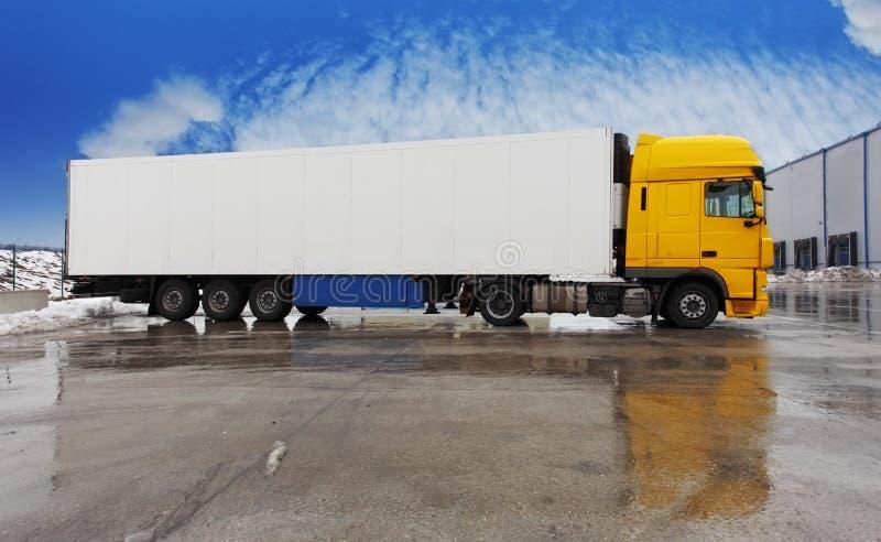 Gulingen åker lastbil anseende på parkera royaltyfri fotografi