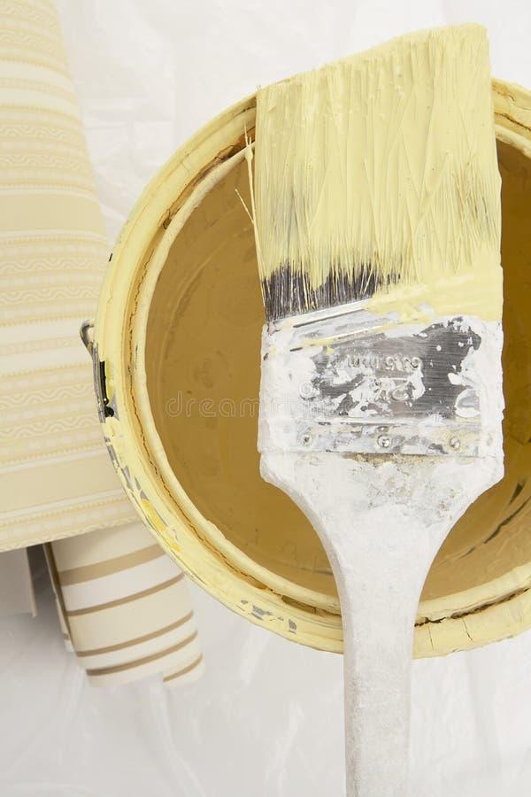 Gulingen målar med borstar royaltyfria foton