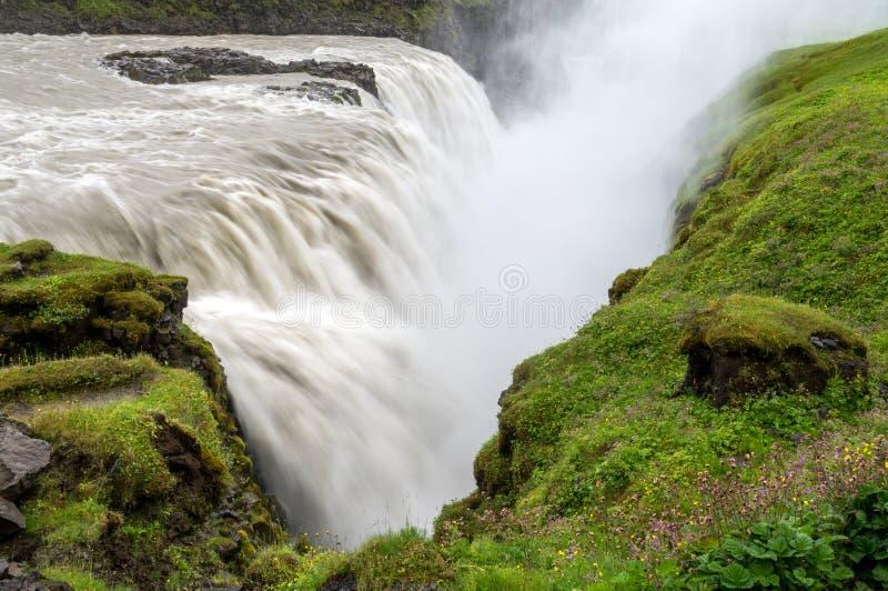 Gullfoss, najwięcej spektakularnego waterall, dwa kaskady na Hvita Rzecznym bębnowaniu w głębokiego wąwóz fotografia royalty free