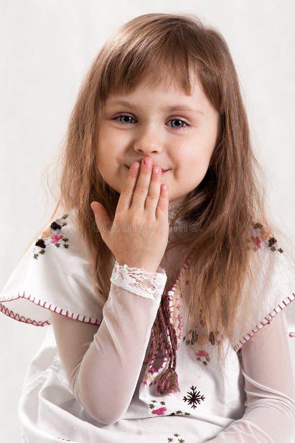 Gullig älskvärd flicka med blåa ögon arkivfoto