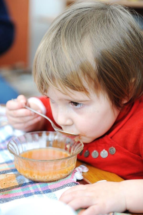 gullig äta flicka little royaltyfri bild