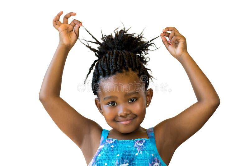 Gullig afrikansk flicka som spelar med flätat hår royaltyfri fotografi