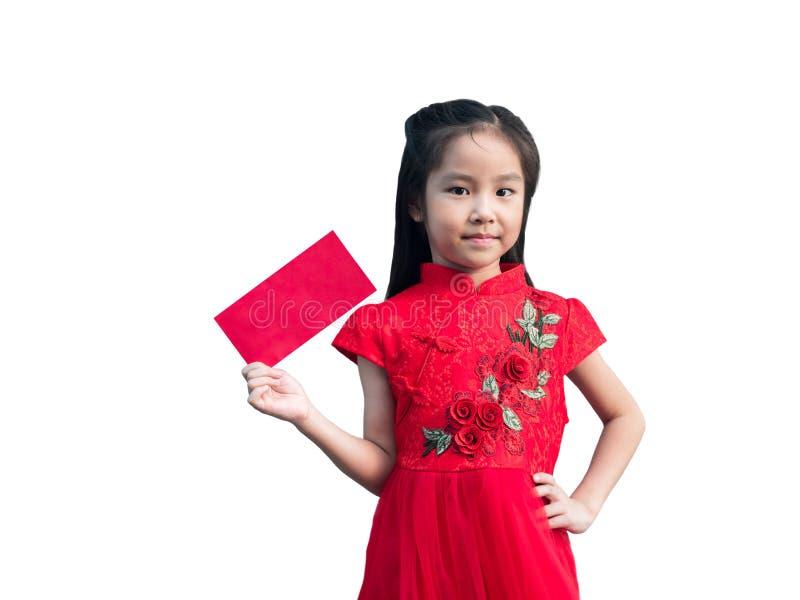 Gullig asiatisk flicka i kinesisk cheongsam och kinesisk klänning för tradition med det röda kuvertet, kinesiskt begrepp för nytt royaltyfri bild