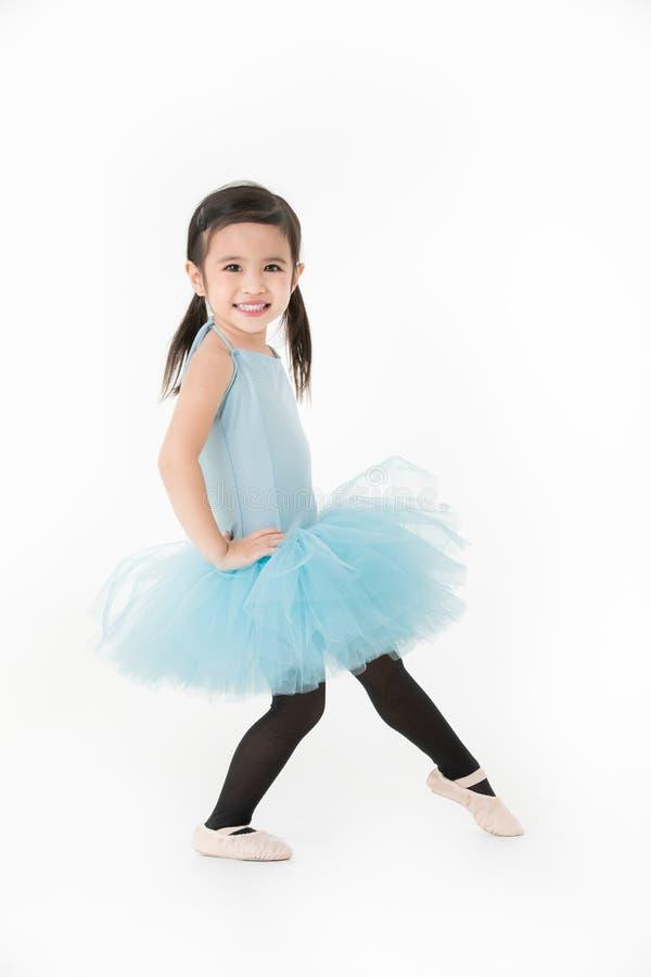 Gullig asiatisk flicka i ljus - preforming balett för blå klänning med smili arkivbilder