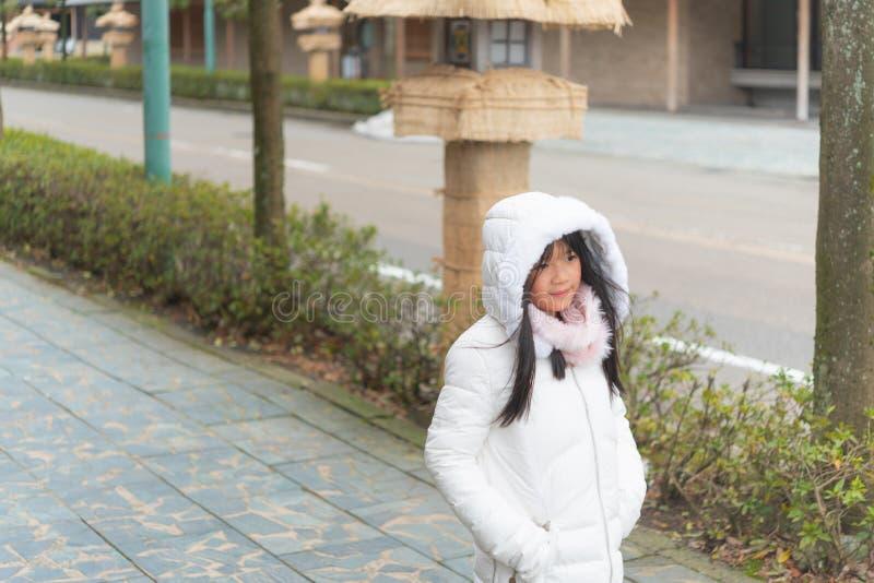 Gullig asiatisk flicka i stad royaltyfria foton