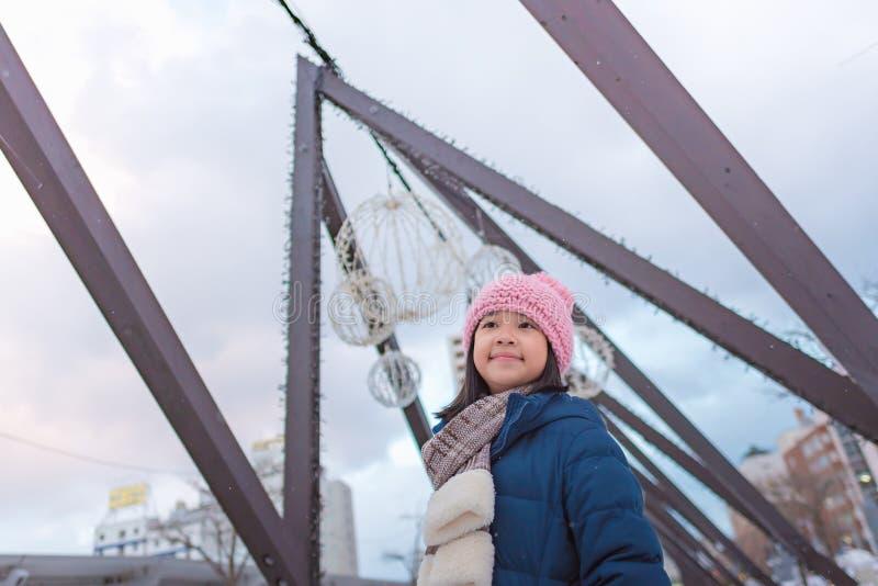 Gullig asiatisk flicka i vinter royaltyfria foton