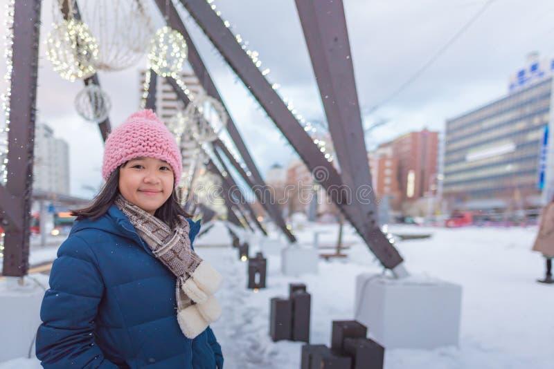 Gullig asiatisk flicka i vinter arkivbilder