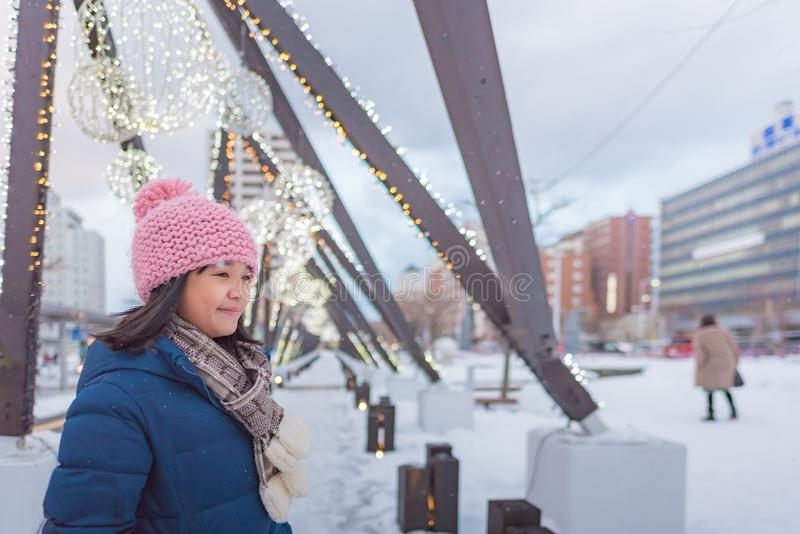 Gullig asiatisk flicka i vinter royaltyfri fotografi