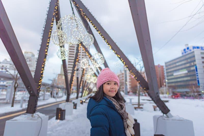 Gullig asiatisk flicka i vinter fotografering för bildbyråer