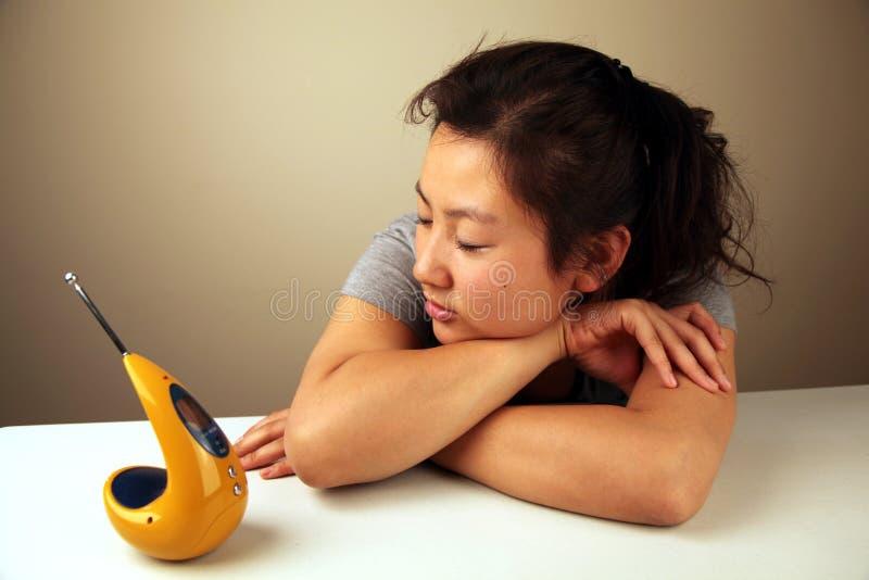 Gullig asiatisk flicka med en radio fotografering för bildbyråer