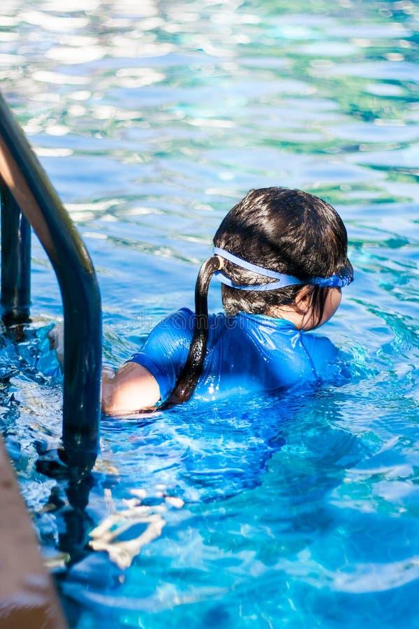 Gullig asiatisk flicka på simbassängen royaltyfri bild