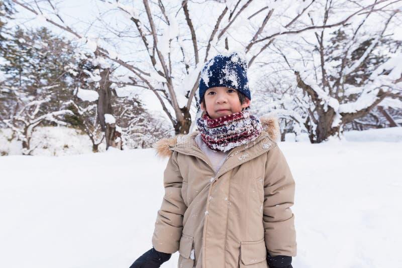 Gullig asiatisk pojke i vinter arkivfoton